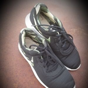 Nike Tanjun Premium Camo Mens 876899-200 Black Mus